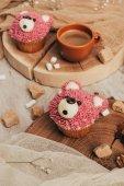 Fotografie Detailní pohled lahodné sladké košíčky ve tvaru medvědů a šálek kávy na stole