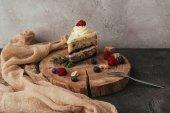 Detailní pohled Lahodný ovocný dort se šlehačkou na dřevěné desce