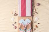 Flip papucs és törölköző, kagyló, a világos homok