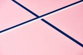 Fotografie Růžový vzor s abstraktními modrými a bílými čárami