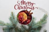 vrchní pohled na vánoční koktejl s pomerančem, granátové jablko, skořice s veselou vánoční ilustrací