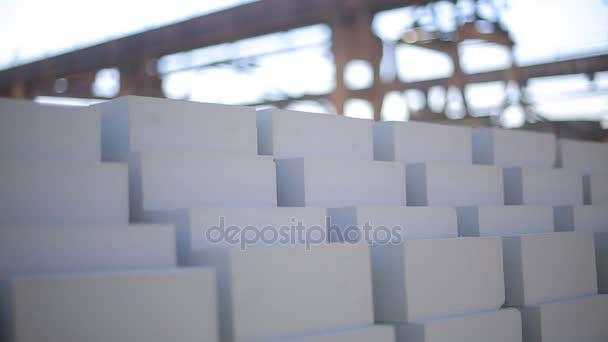 Távolítsa el a fehér tégla. Szállított fehér tégla. Rezsi daru technológiába. Fehér tégla szállítása