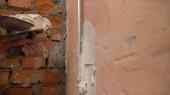 Hand des Bauarbeiters verwenden Spachtel Gips Beton an der Wand. die Verwendung von Mörtel für Wandreparaturen.