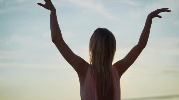 Dívka v paprscích jitřního slunce tančí ve Wate. mladá štíhlá krásná žena na pláži západ slunce, hravá, tanec, běh, bohémský outfit, indie styl, letní dovolená, slunečný, baví
