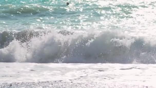 Zpomalený pohyb zblízka zachycuje velké šplouchající vlny oceánu ženoucí se k pobřeží exotického ostrova ve slunném Pacifiku. Mořská vlna zpomaleně.
