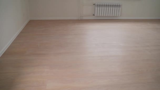 Új laminált egy új lakásban. üres szoba felújítás után- két ablak, fehér falak és fapadló az új lakásban
