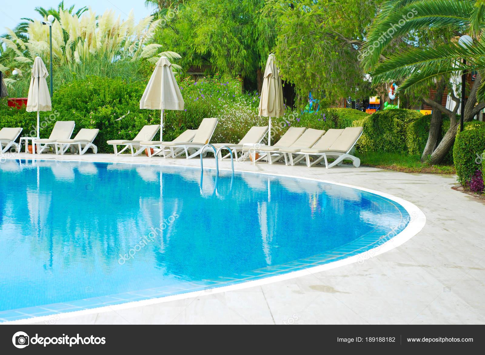 Schoner Swimmingpool Des Hotels Luxusresort Mit Sonnenschirm Und