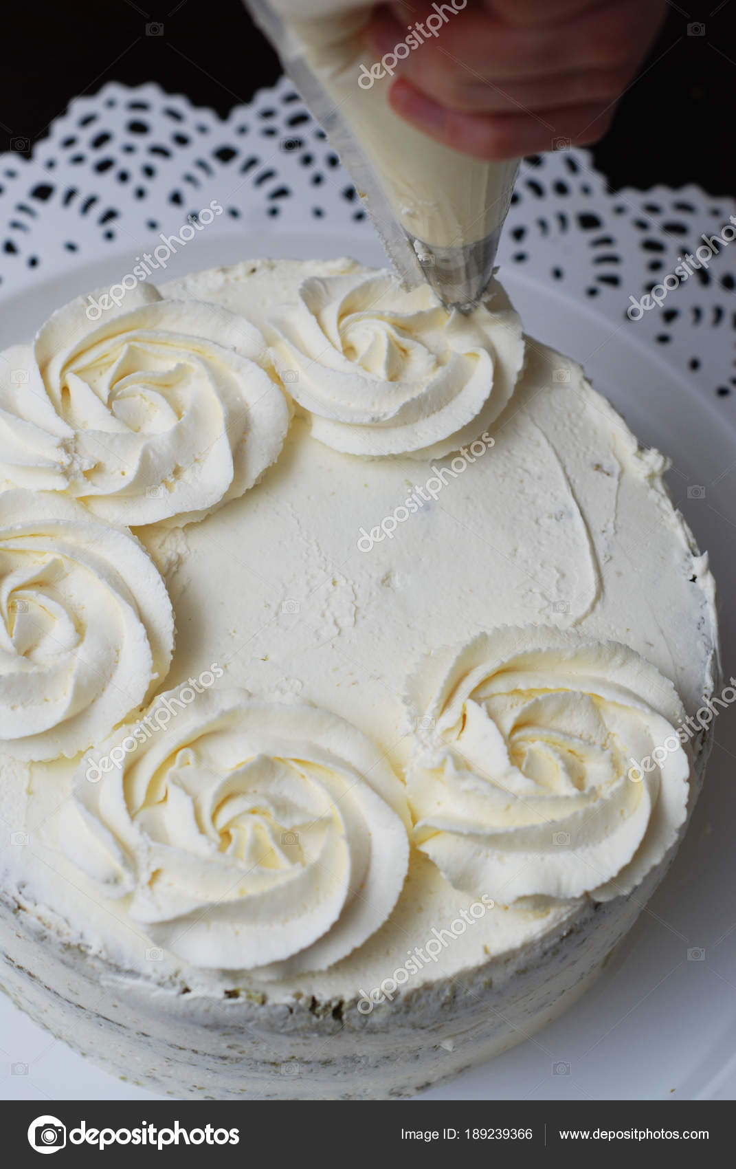 Femmes Main Décoration Gâteau Avec Une Poche à Douille Avec La Crème