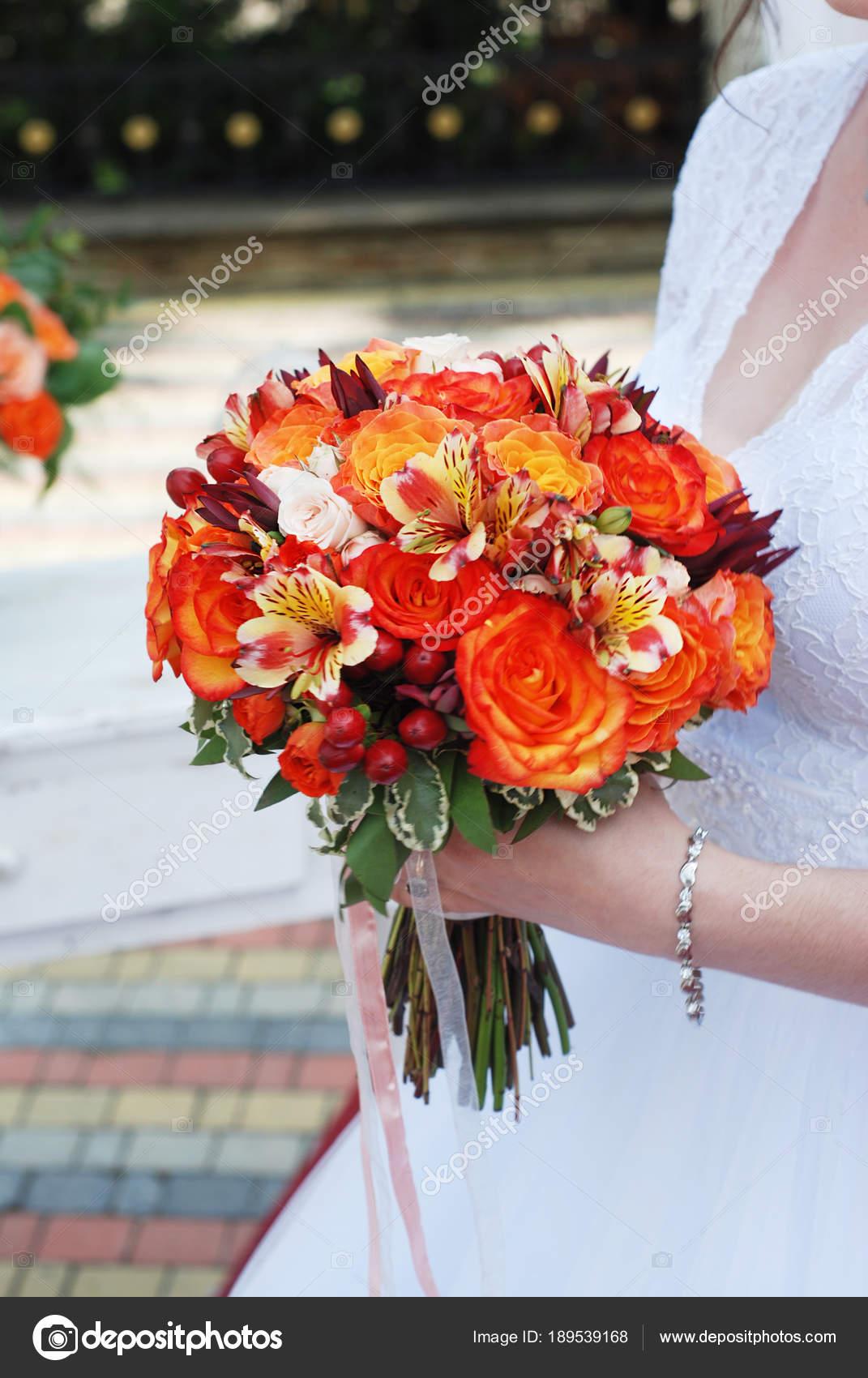 Braut Halt Orange Brautstrauss Mit Hagebutten Smokebush Und Gelbe