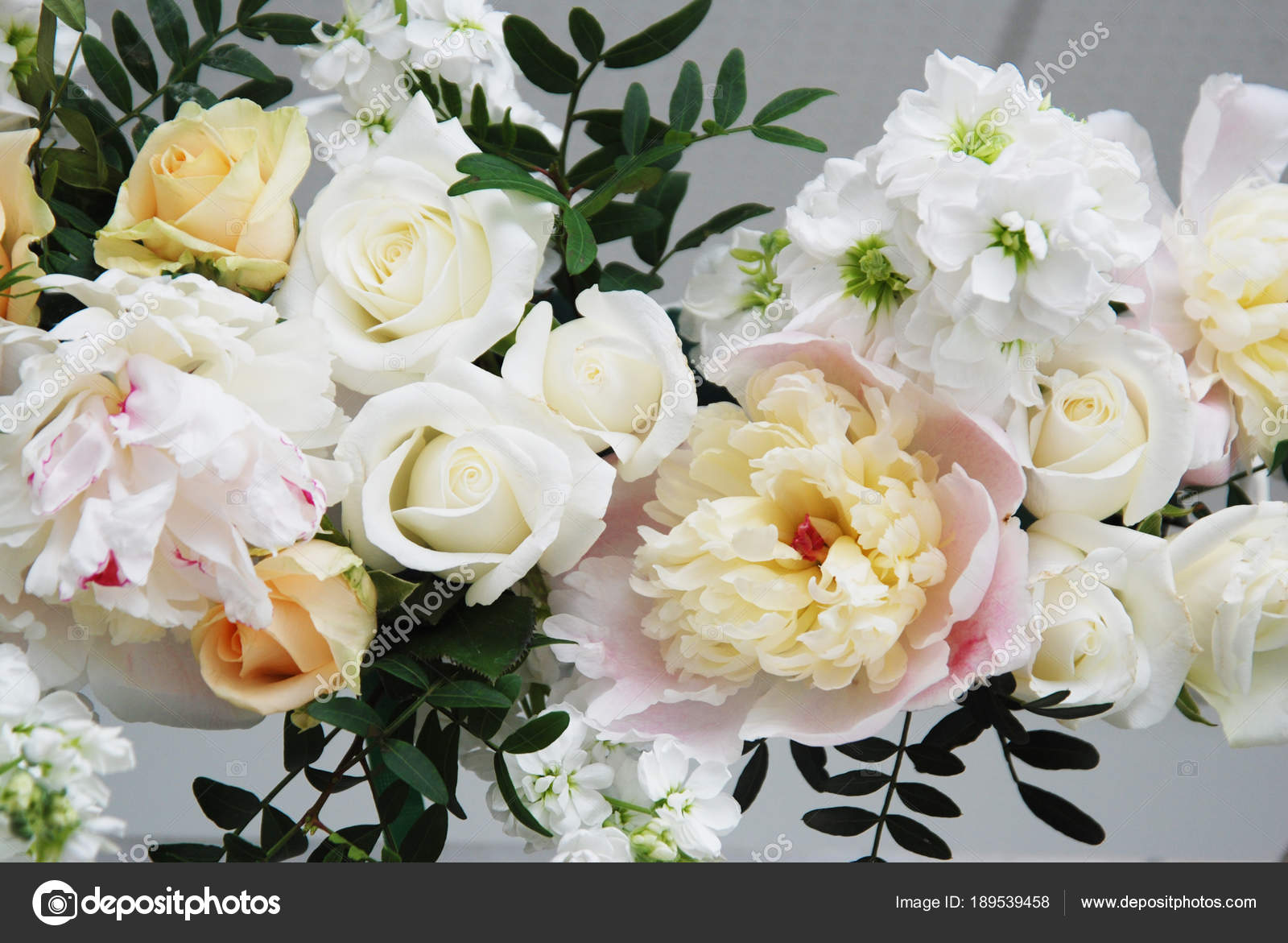 composition florale, mariage, fiançailles, concept arc décoratif