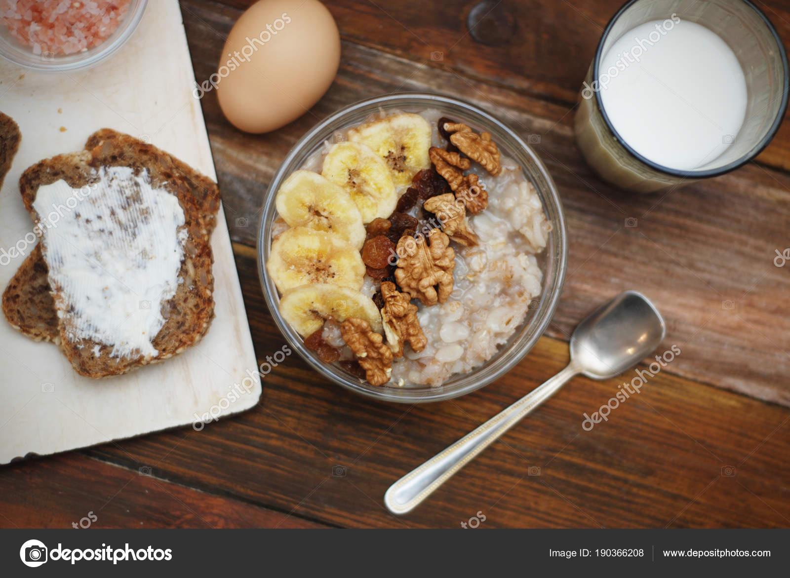 Свежий и диета мюсли и йогурт на завтрак — стоковое фото.