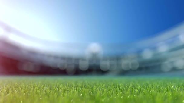 pomalý posun fotoaparátu fotbalový míč v trávě. Zpomalený pohyb 4k