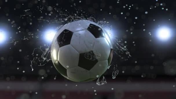 Fussball fliegt durch Wassertropfen Zeitlupe 4k