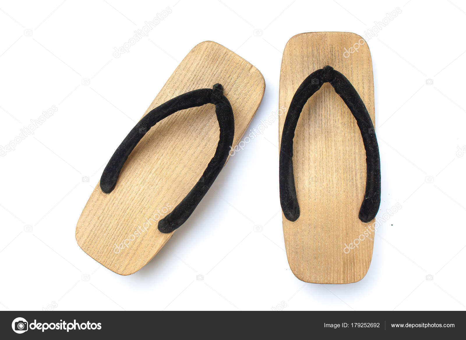 30bff2dc3b Sandália japonesa de madeira velha isolada no fundo branco. É uma forma de  calçado japonês tradicional que se assemelham a ambos os tamancos e chinelos  ...