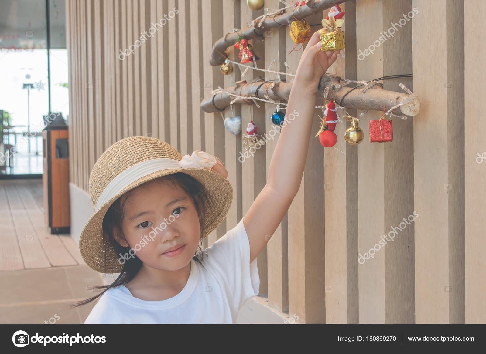 711dc4d2d6611 Menina Bonitinha Vestindo Camiseta Branca Chapéu Tecer Ela Segurando Caixa  — Fotografia de Stock