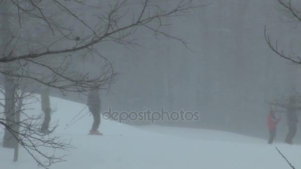 lyžaři v sněhové bouři a blizzard