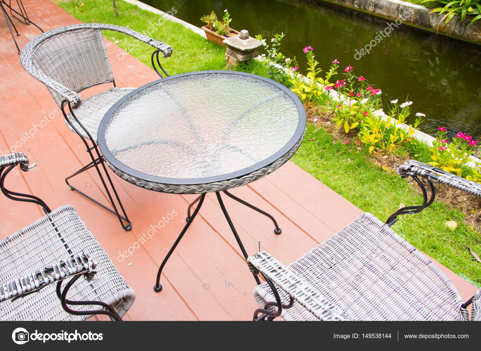 Eetstoel Met Tafel.Stoel Met Tafel In De Tuin Stockfoto C Torsak 149538144