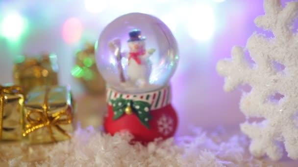 hračka sněhulák a velká vločka Vánoční pozadí