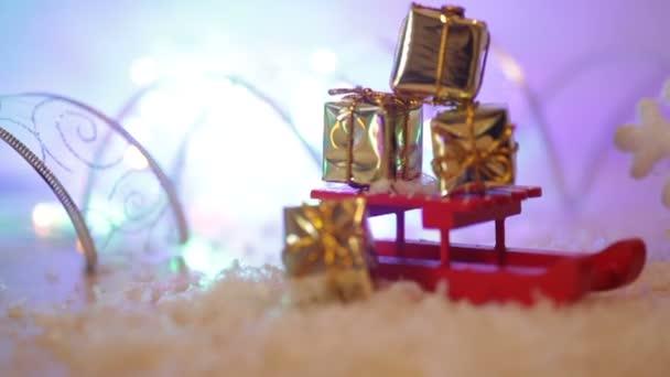 Vánoční pozadí s červenými vločky hračka saně