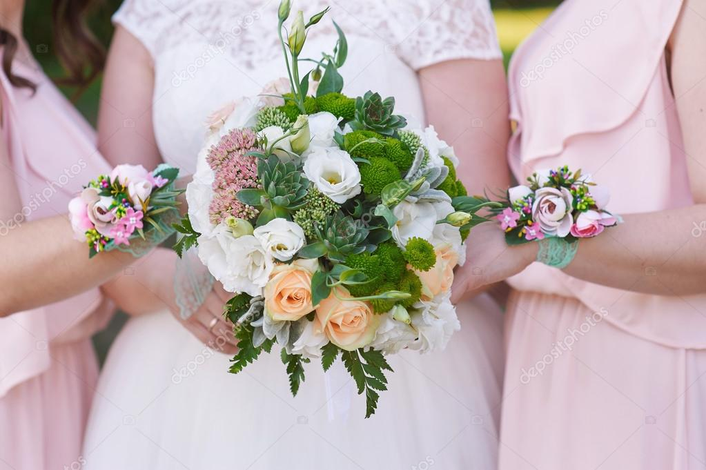 Букет невесты с осокойся, цветов