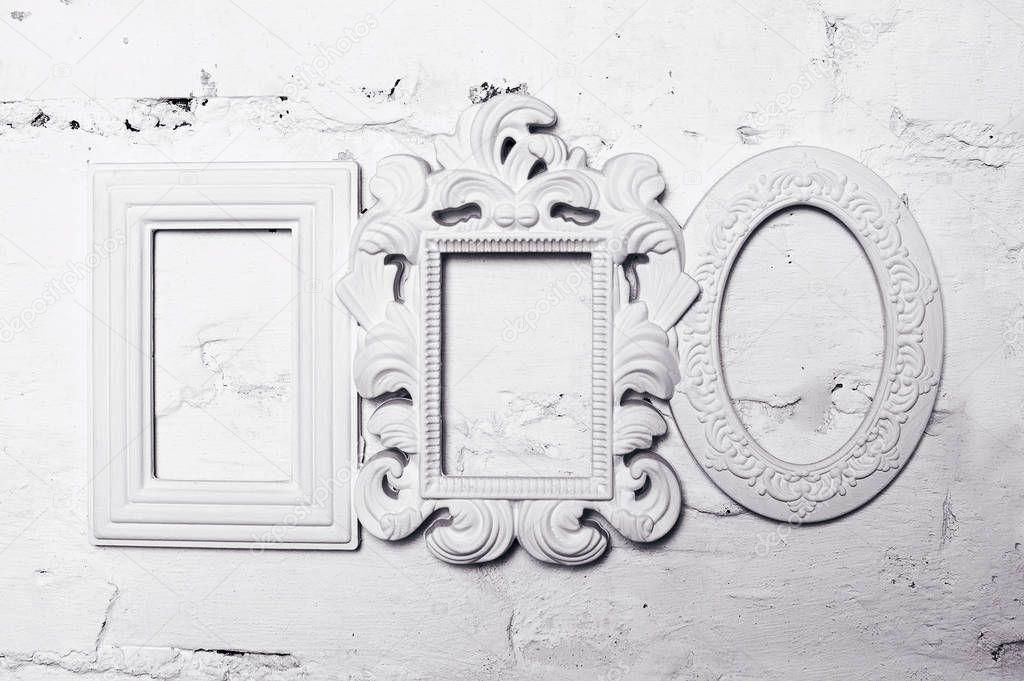 tres blanco yeso marcos para cuadros en la pared — Foto de stock ...