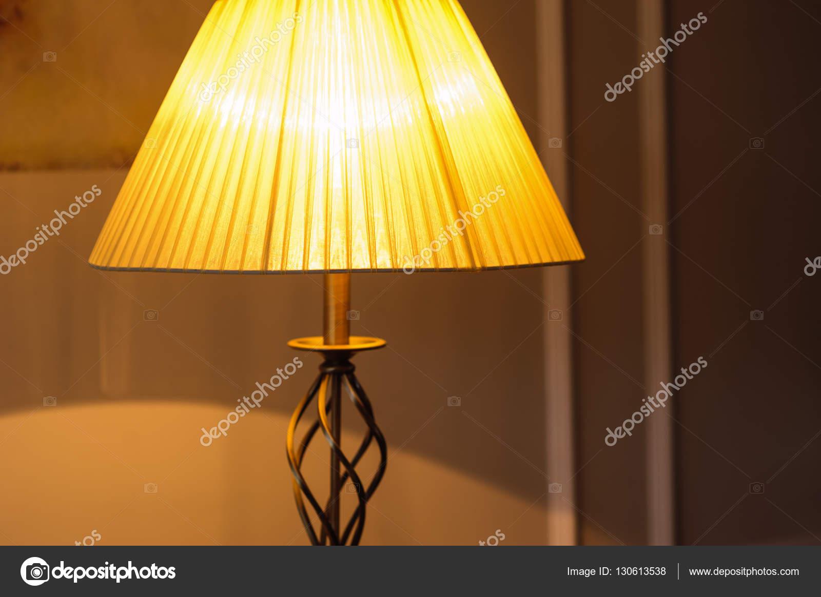 aufgenommen am Abend im Schlafzimmer Tischleuchte — Stockfoto ...