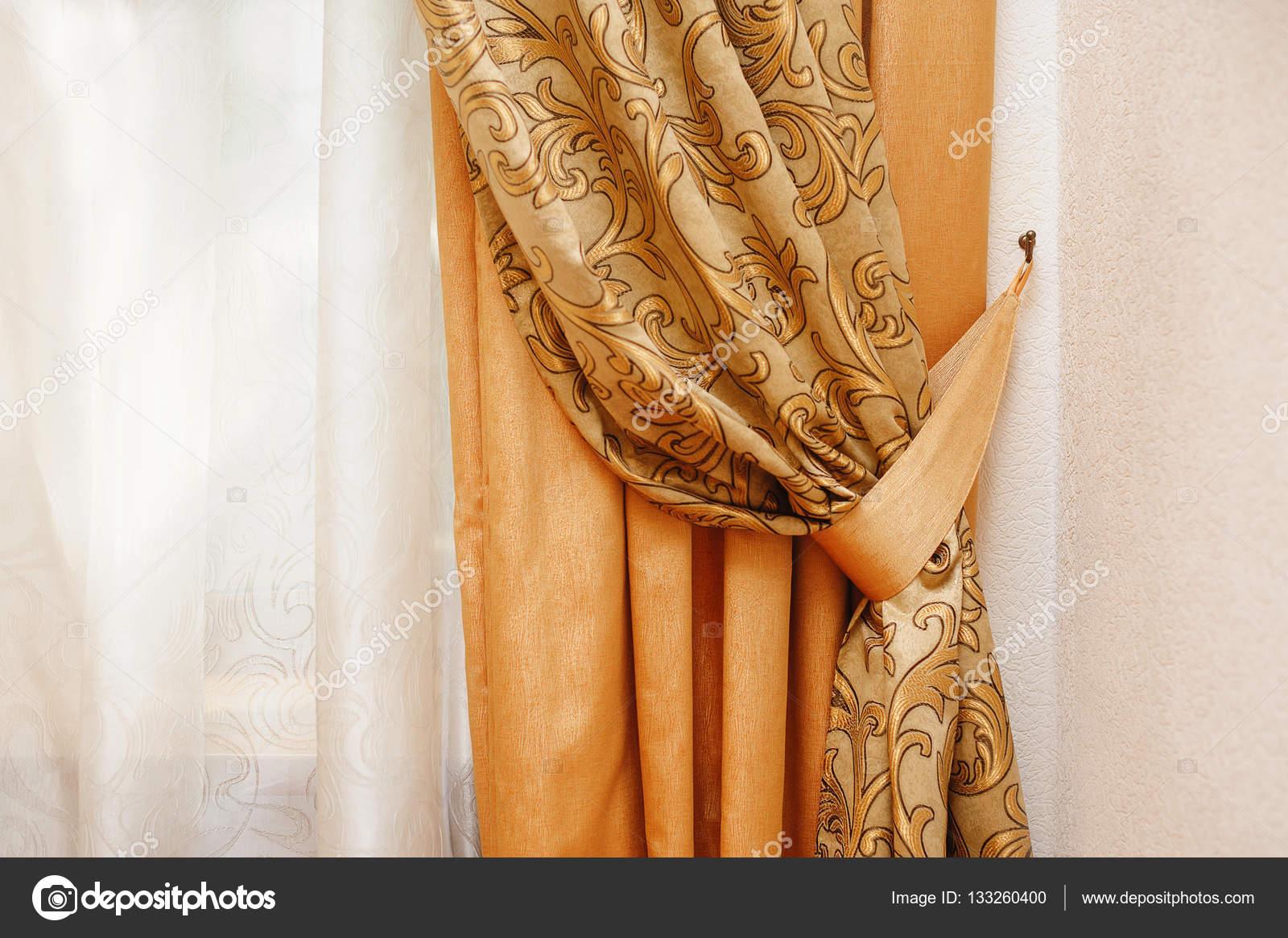 Mooie Slaapkamer Gordijnen : Mooie gouden gordijn in de slaapkamer u2014 stockfoto © timonko #133260400