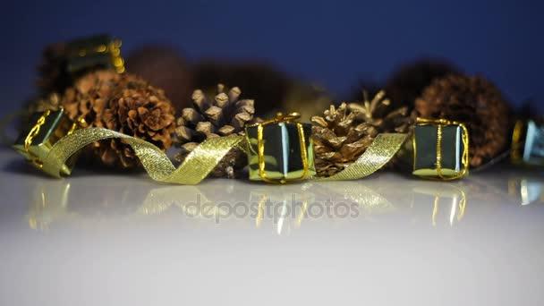 fenyő kúpok és szalag dobozok, ajándékok. Karácsonyi asztal dekoráció