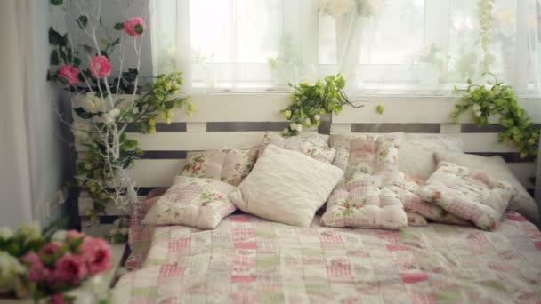 Bett Im Schlafzimmer Mit Blumen Rustikalen Stil Stockvideo