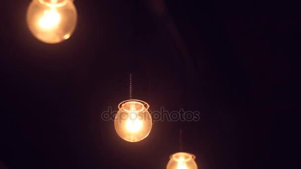součástí žárovka v temné místnosti