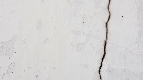 Bílé staré zdi budovy s crack