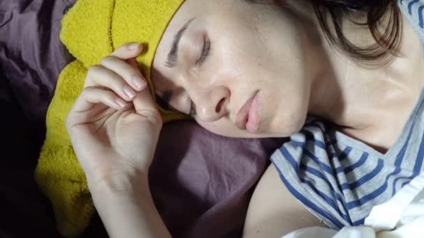 Nemocný mladá žena leží v posteli