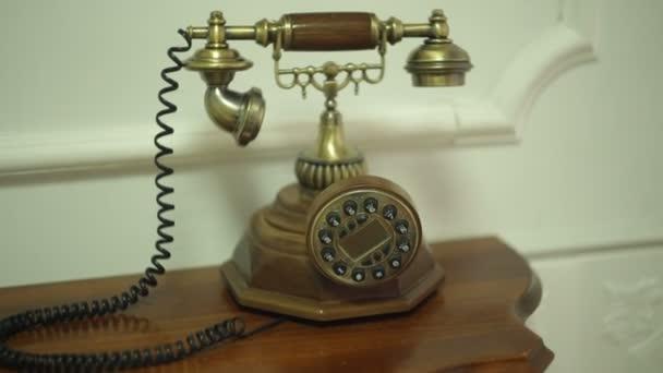 Starožitný Retro telefon na stole v předsíni