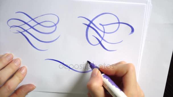 Schöne kalligraphische locken mit einem Pinsel