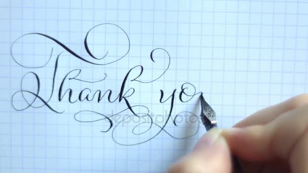 Szöveg köszönöm tollal a papírra. Kalligráfia betűk