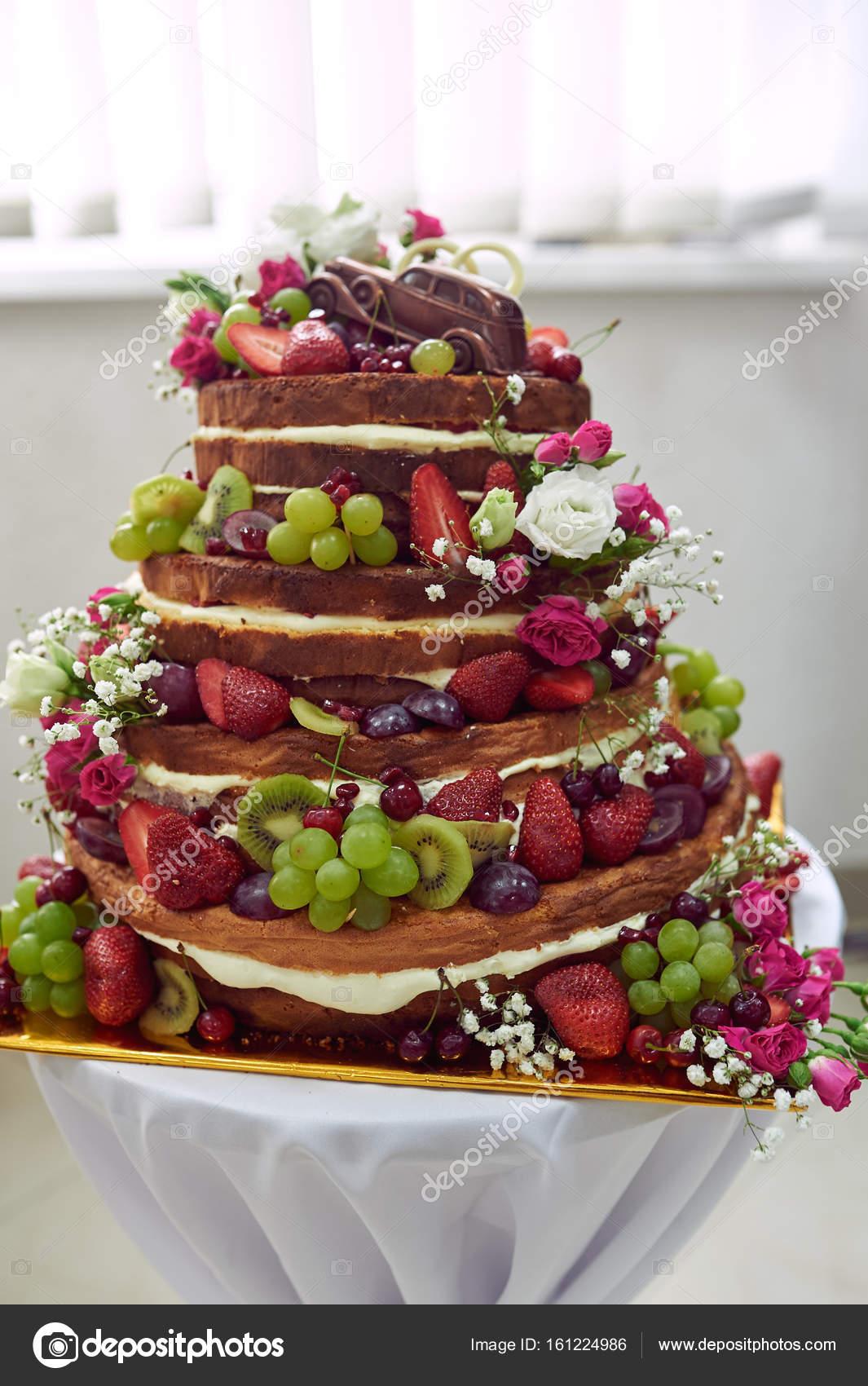 Wunderschone Hochzeitstorte Mit Obst Auf Dem Tisch Stockfoto