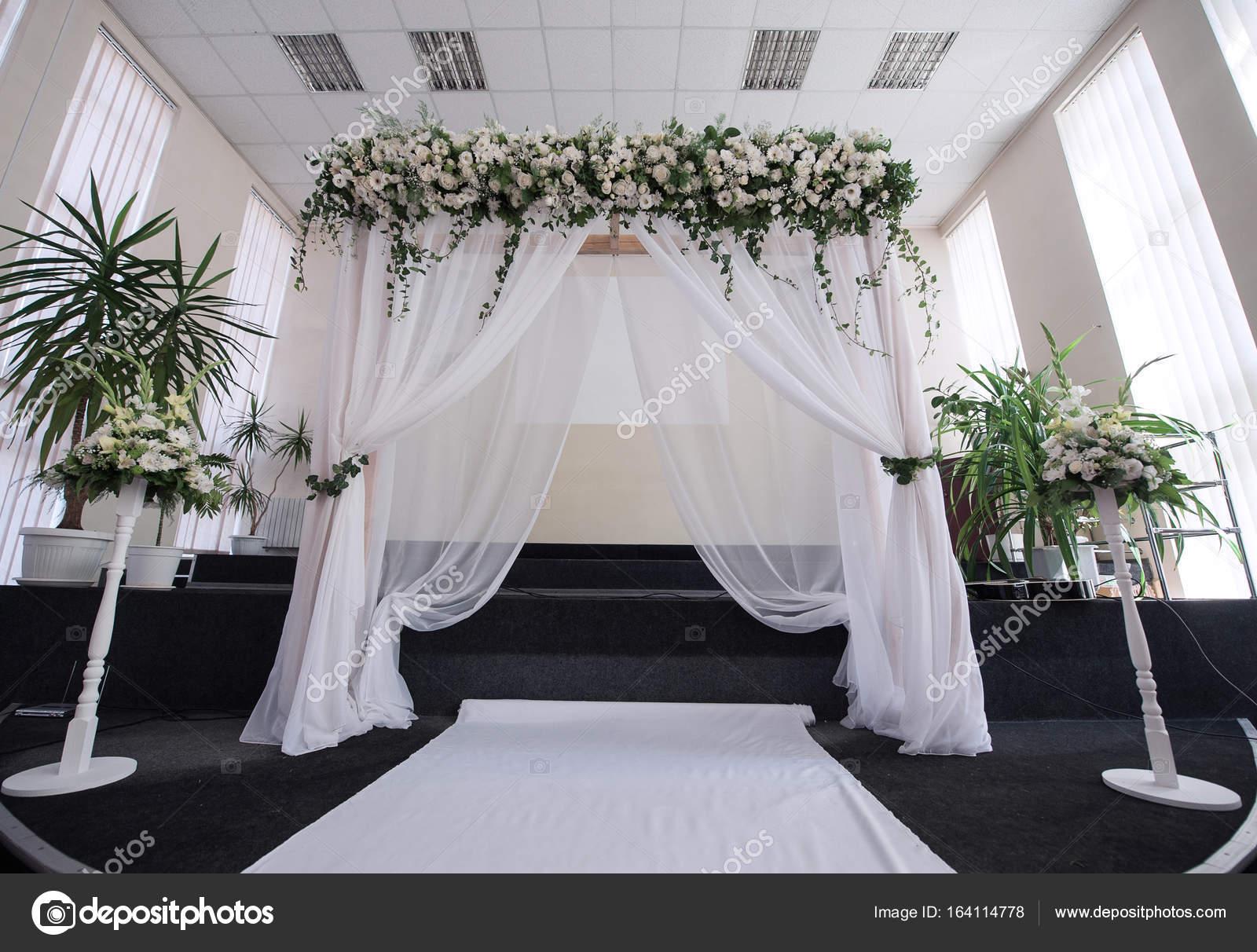 Decoraci n de sal n para una boda con un arco foto de for Decoracion de salon para boda