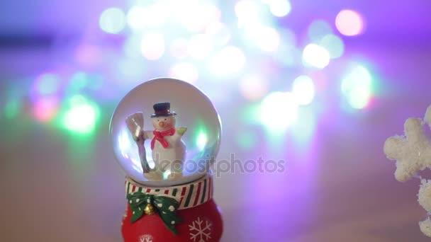 Sněhulák hračka na lesklé stříbrné pozadí. Vánoční a novoroční výzdobu s místem pro text