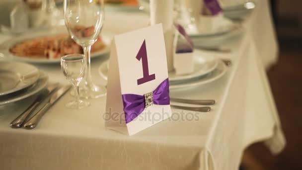 krásné, podávající vynikající elegantní svatební stůl hodovní večeři se sklem