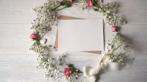 Dopis s věncem z květin, blahopřání pro svatého Valentýna v rustikálním stylu s místem pro váš text, plochou ležel, pohled shora