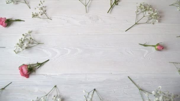 Složení bílé a růžové květy rustikální styl, pro svatého Valentýna s místem pro váš text. Plochá ležel, horní pohled