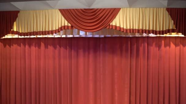 rode gordijn op het podium in het theater. Gordijnen — Stockvideo ...