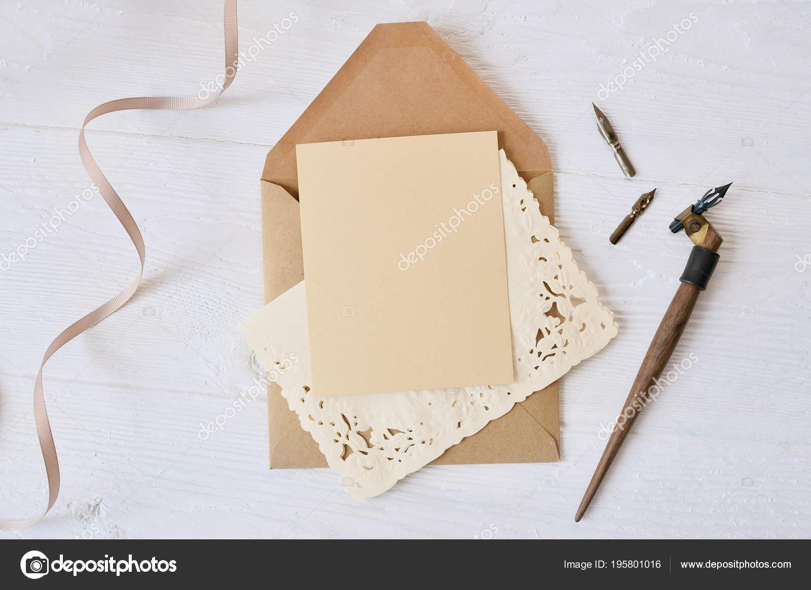 Kalligrafischer Feder einen Umschlag mit Blumen und einem Brief ...