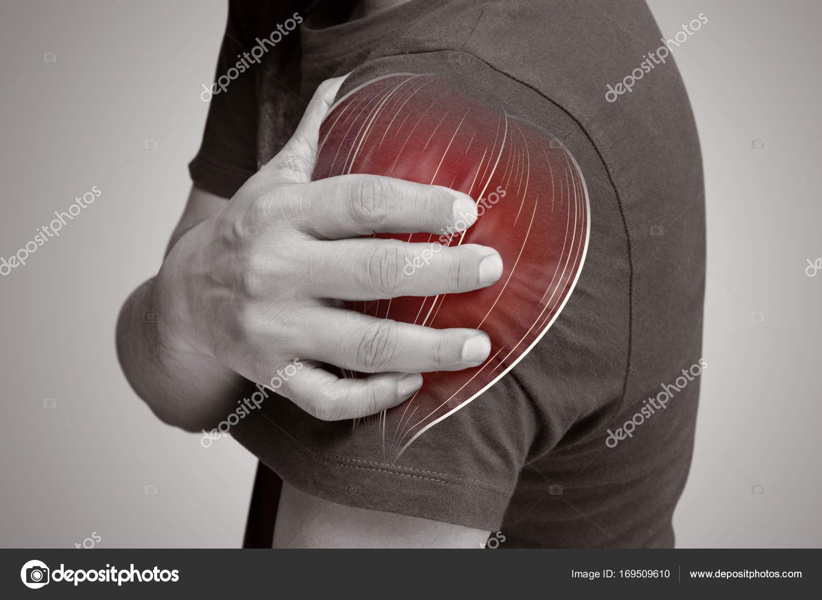 Hombre con dolor de los músculos del hombro — Fotos de Stock ...