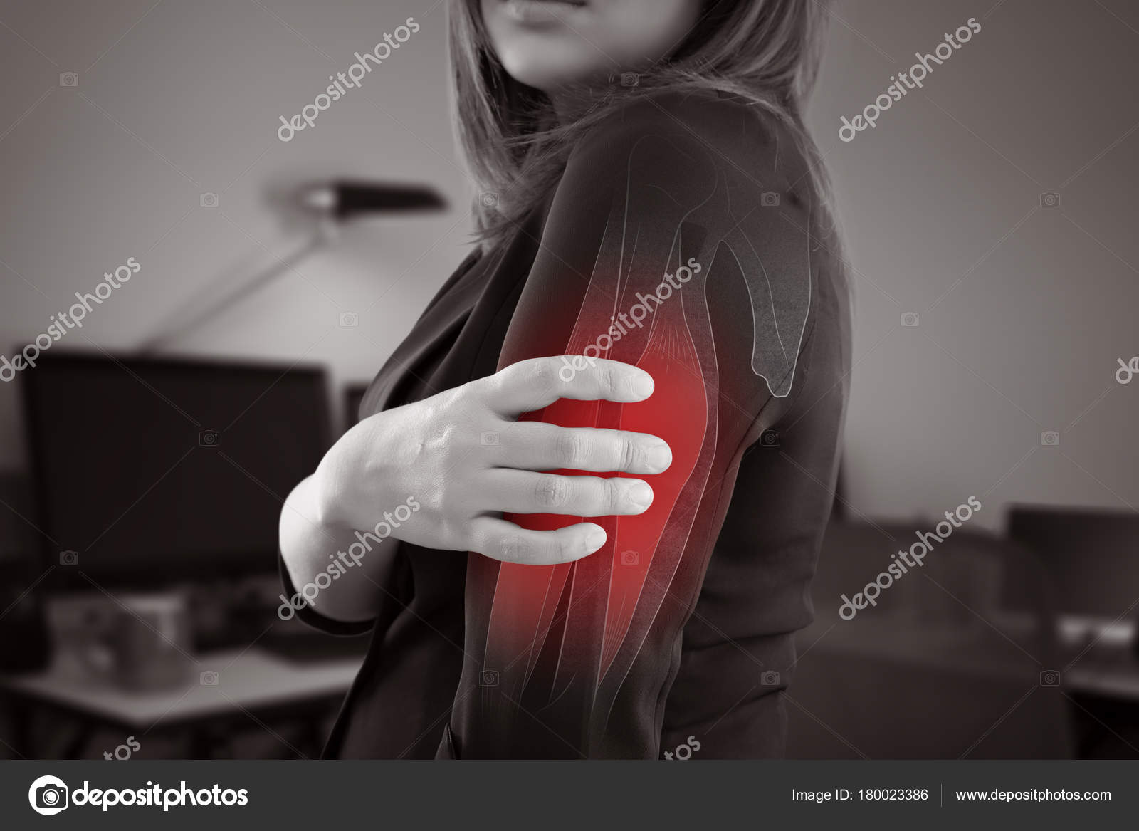 Frau mit Oberarm Schmerzen — Stockfoto © Tharakorn #180023386