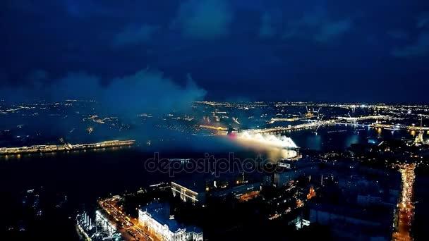 Ohňostroje a ohňostroj na řeky Něvy v Petrohradě