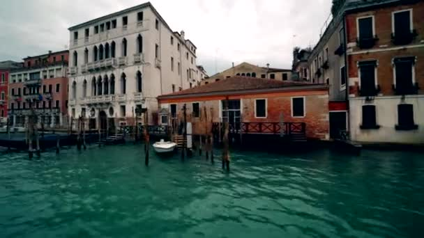 Lodní doprava podél canal Grande v Benátkách s Grand Canal Itálie 4k