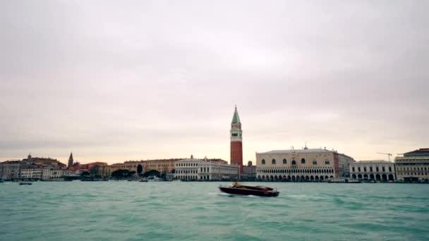 Intenzivní provoz člunů v Benátské laguně před St. Marks Square, Benátky, Itálie 4 k