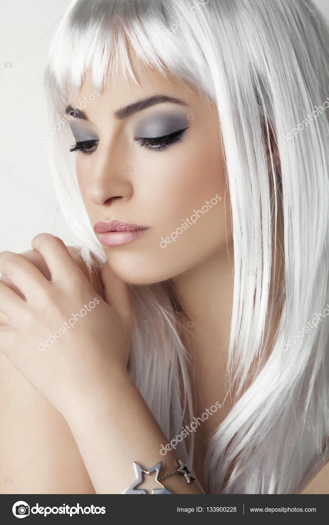 Beauté Moderne Avec Des Cheveux Gris Platine Photographie