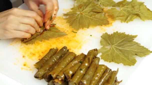 Turecká kuchyně. Domácí Sarma - rýže zabalené do viných listů